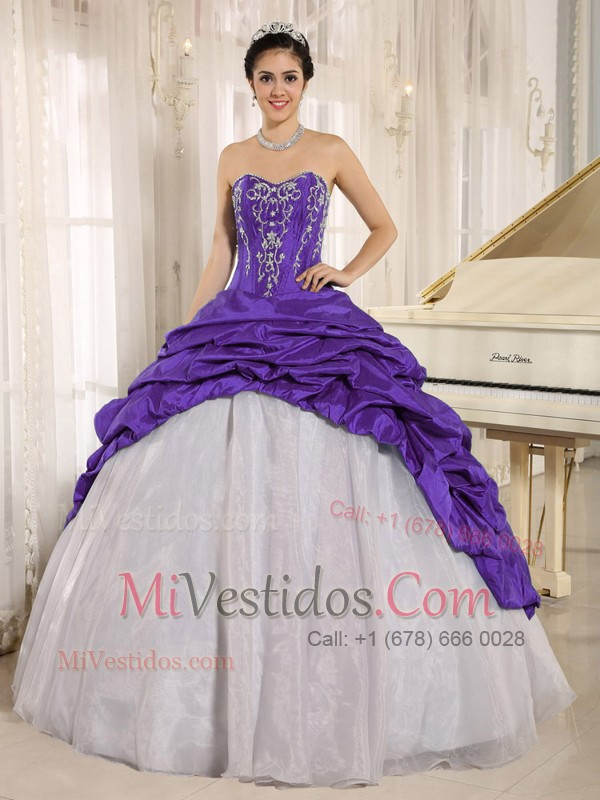 Lujoso Púrpura Y Blanco Vestido De Quinceañera Con Bordado ...