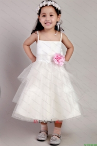 Blanca una línea de correas té de longitud de tul hecho a mano Little Flower Girl Dress