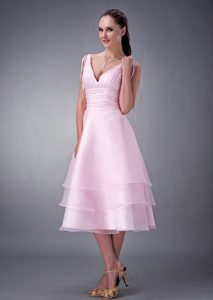 Exclusivo Rosa Bebé Corte A / Princesa V-neck Vestidos De Dama De Honor Organdí Ruch Tea-length